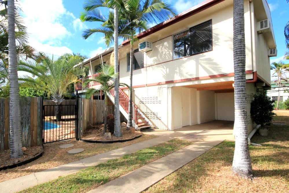 3 BEDROOM HOME WITH A POOL! DONT MISS OUT!